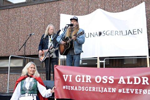 Øivind Elgenes (til høyre) og Kyrre Sætran deltok under markeringen utenfor Kristiansund sjukehus. Til venstre Trine Albertsen fra Bunadsgeriljaen.
