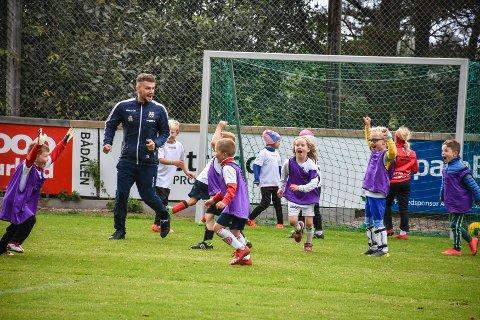 Det brøt ut full jubel da Flamur Kastrati reduserte til 1–2 under Averøykameratenes fotballskole.