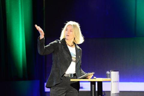 Fylkesordfører Tove-Lise Torve reagerer sterkt på  at de kun får 10 millioner når de skal ta over fiskerihavnene, når etterslepet er på over 100 millioner.