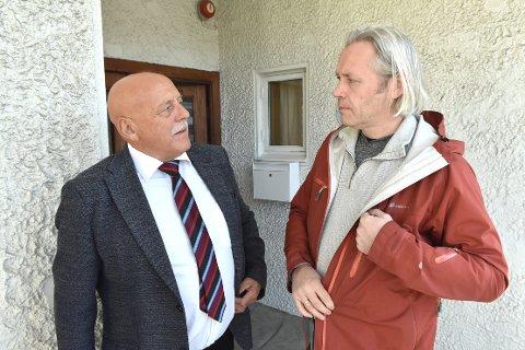 ORIENTERES: Einar Vaagland (HalsaLista) får sammen med de andre politikerne i kommunestyret en oppdatering av koronasituasjonen som ordfører Odd Jarle Svanem (til venstre) og de andre i beredskapsledelsen kommer med i torsdagens videomøte.