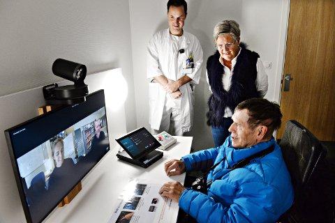 John Kuløy fikk æren av å innvie videorommet ved Kristiansund sykehus. Her sammen med klinikksjef Åge Austheim og IKT-rådgiver Vigdis Olsen. Unni Irene Arnestad, leder for videoprosjektet i Helse Møre og Romsdal, og innovasjonsrådgiver Christer André Jensen er med digitalt.