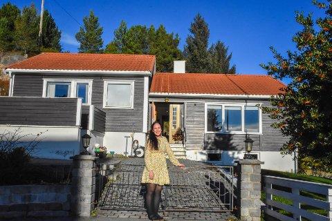 Helene Nedal stråler om kamp med solen denne vakre oktoberdagen. Hun ønsker oss velkommen inn i drømmehuset på Averøya.