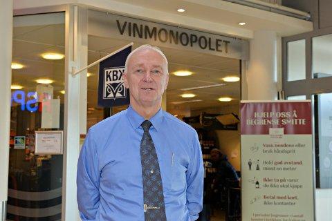 Pål Møst ved Vinmonopolet i Kristiansund ber folk være tidlig ute med julehandelen. – Vi må unngå at folk må stå en time i kø med den smitterisikoen det innebærer, sier Møst.