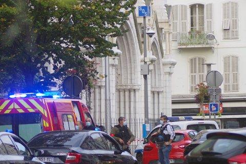 Politifolk ved Notre-Dame-kirken i hovedgaten i Nice torsdag formiddag.