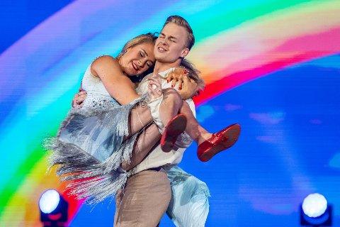 STØTTE: Birgit Skarstein og Philip Raabe er ute av Skal vi danse. I ettertid har de fått mange tilbakemeldinger av både positivt og negativt slag. – Jeg og Philip har båret hverandre fram, sier Skarstein.