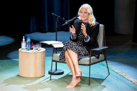 Kronprinsesse Mette-Marit har en samtale med forfatter Geir Gulliksen om romanen «Bli snill igjen» på Deichman Bjørvika mandag kveld.
