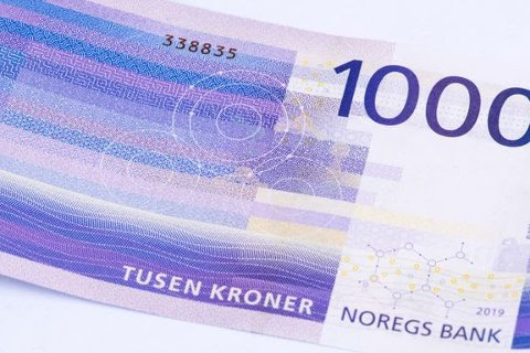 I NY DRAKT: 4 milliarder kroner blir ubrukelige når den gamle 1000-lappen tas ut av sirkulasjon førstkommende lørdag. Norges Bank anmoder publikum om å veksle inn eller bruke de gamle sedlene før fristen.