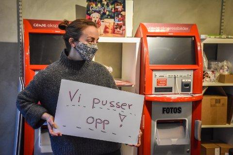 Jenny Engvig sier at butikken satte opp «Vi pusser opp»-skiltet som et resultat av at noen trodde de la ned butikken.