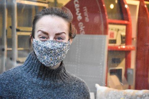 Jenny Engvig i Kristiansund har brukt munnbind på jobb de siste dagene. Mathias Johan Kvalvik vil ha påbud om at alle skal gjøre som Jenny når de ferdes ute på byen.
