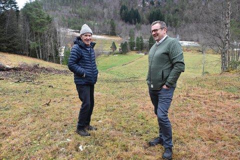 FORSLAG: Styrkår Brørs (86) lanserer et tilpasset forslag til hvor vegen gjennom Svinvika kan gå, dersom Todalsfjordprosjektet realiseres. Han mener alle parter kan bli fornøyd dersom traseen flyttes noen timeter lenger nord, fra Svinvik Gard og nærmere eiendomsgrensen til Svinviks arboret (bak til venstre). Daglig leder Bergsvein Brøske synes forslaget er kjempespennende, og tar med seg innspillet videre til fagfolkene som arbeider med prosjektet.
