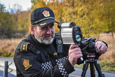 Politioverbetjent Jan Arild Hanssen forteller at bilførere bruker telefonen til mye annet enn prating mens de kjører. Bildet er tatt under en tidligere kontroll.