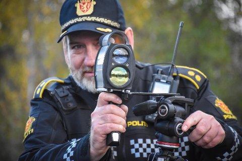 Politioverbetjent Jan Arild Hanssen i UP delte ut 11 forelegg og beslagla førerkortet til én fører torsdag. Bildet er tatt under en tidligere kontroll.