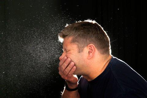 Ved forkjølelse er sår hals, nysing og nese som renner eller er tett vanlige symptomer. Ved covid-19 er dette sjelden eller bare noen ganger registrert.