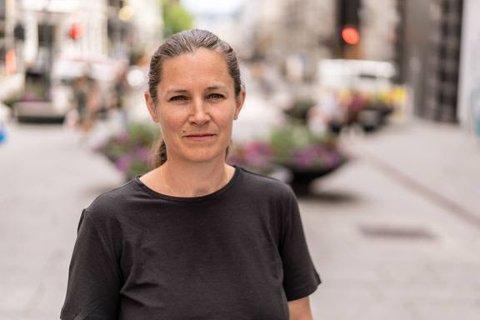 Det er seiglivede myter at man kan lære tenåringen å drikke alkohol hjemme og at det er lurt å sende med alkohol på fest, sier Randi Hagen Eriksrud.