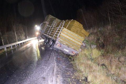 Veien tålte ikke vekten av vogntoget og sviktet.