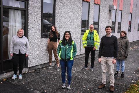 Smittevernteamet består blant annet av: Anne Marthe Korsnes Wiik (fra venstre), Kiva Mcfetridge, Deepa Mathew Caoile, Askill Iversen Sandvik, Dustin O'Neall og Tina Smalø. Her er gjengen samlet - med tilstrekkelig mellomrom - utenfor kontorene i Ello-bygget.