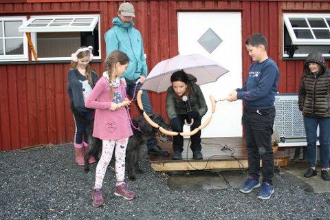 Klar for åpning: Snart biter hunden Rusky over «pølsesnoren» som barna på gården, Mathilde og Fredrik holder. Råg Mikkelsen og Jenny Klinge (bak) følger spent med.