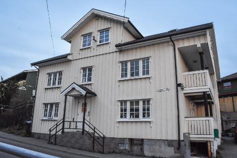 Dette huset ble ombygd i 2008, men uten tilstrekkelig brannkonsept. Kristiansund kommune pekte ut en person som ansvarlig utførende, men vedkommende nektet for dette og varslet søksmål mot staten.