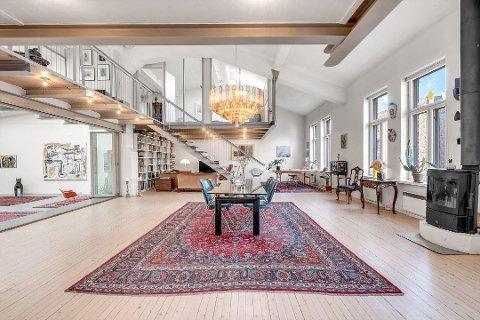 STORT: Den dyre leiligheten på Grünerløkka er på over 400 kvadratmeter og det er høyt under taket. Eieren forteller at han blant annet har arrangert konsert med Röyksopp i leiligheten.