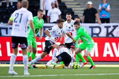 – Vi har fått fryktelige arbeidsforhold av NFF, sier Vebjørn Hoff (i midten) før oppgjøret mot KBK. Bildet ble tatt forrige gang de to lagene møttes, på Skagerak Arena i midten av august (2-1).