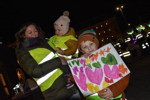 Iselin (fra venstre), Vega og Vendel Nilsen viste sin støtte til den nedleggingstruede barnehagen.