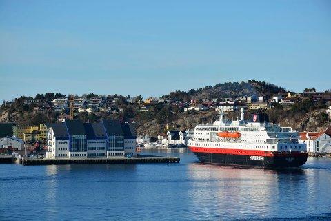 Hurtigruteskipet «Nordlys» på havna i Kristiansund.