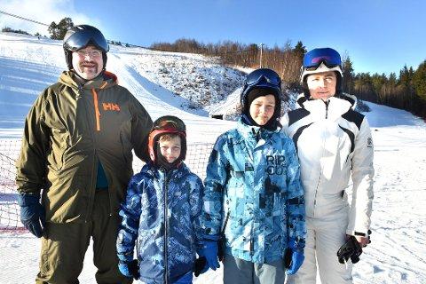 FLOTT: Familien Finnøy fra plassen med samme navn på Sunnmøre, elsker Todalen og Surnadal, og synes alpinbakken i Sæterlia er beste plassen på jord under vinterferien: Bjartmar (til vestre), Konrad, Aleksander og Oxana Finnøy.