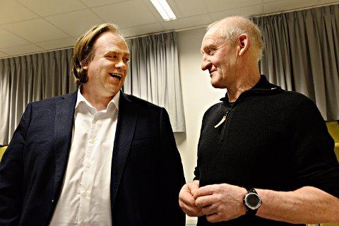 Roar Leite, SV, (til venstre) og Robert Smenes, Sp, diskuterte klimakrisen i Averøy kommunestyre.