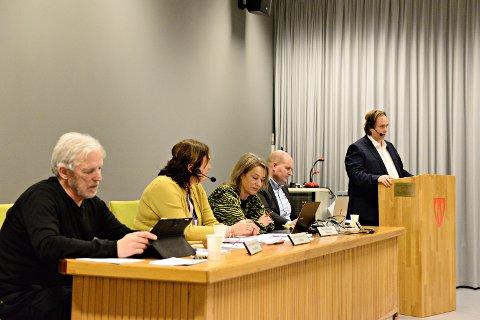 Averøy kommunestyre bevilget mandag 25.000 kroner til Bunadsgeriljaen. Svein Kongshaug (fra venstre), Ingrid Ovidie Rangønes, Berit Hannasvik, Kjetil Leirbekk og Roar Leite. (Arkivfoto)