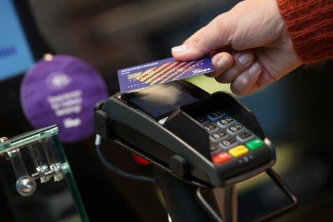 Utregninger viser at man sparer i snitt ni sekunder i kassen når man betaler kontaktløst i stedet for med chip og PIN. I Møre og Romsdal er kristiansunderne best på kontaktløs betaling.