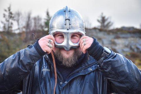 Selvfølgelig har Øystein Moen Skotheim en vikinghjelm. Alt annet ville blitt for dumt.