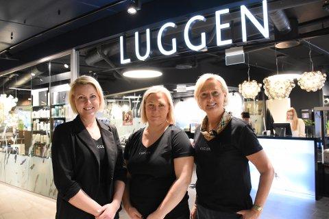 Jannicke Lyngstad Mordal (fra venstre), Elin Løkhaug Husby og Torild Solbakken Lyngstad kan med stolthet erklære frisørsalongen Luggen på Alti Futura for åpnet.