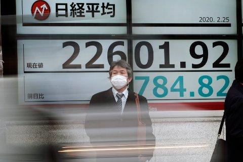 Børsen i Tokyo stuper. Det samme gjør oljeprisen - og kronekursen. Årsak: Korinaviruset.