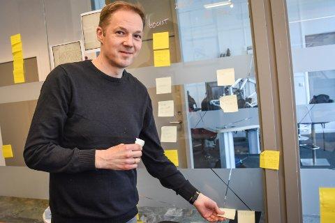 NRK-journalist Eirik Haukenes kan endelig fjerne post-it-lappene fra kontorveggene. Mandag kommer en artikkel han har jobbet med lenge.