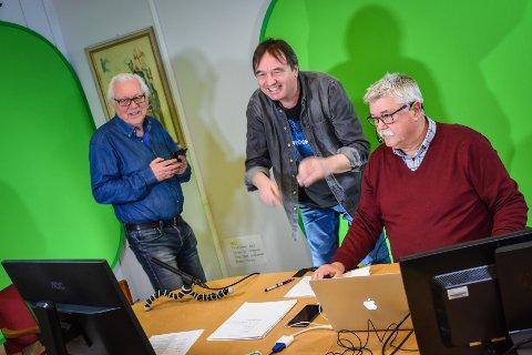 Jan Øivind Jensen (fra venstre), Svein Junge og Steinar Høgsve har laget kommune-tv siden mandag 16. mars. Her har Junge nettopp vinket til en av dagens gjester på kamera, for å forsikre seg om at de to partene hører og ser hverandre.