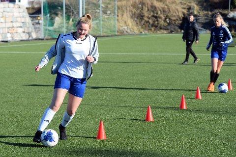 Hannah Ohren og de andre jentene på Kristiansund Fotball J15 er i gang med organiserte treninger igjen.