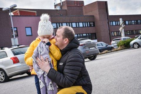 Eline har nettopp vært gjennom en intensiv behandlingsperiode. Dagens behandling er den siste på en god stund. Både Eline og Pappa Anders Korneliussen gleder seg til å kjøre hjem til Averøy etter endt behandling.