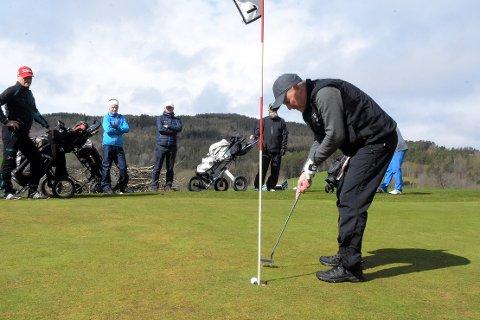 DELTAR: Terje Kvande setter en langput i koppen på hull 1 i en turnering tidligere i sommer. Søndag er han en av seniorene som deltar i Sissener Classic Tour som arrangeres på Surnadal Golfpark på Kvanne.