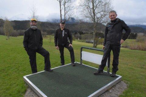 UTVIDET: Banesjef Stig Talgø (til venstre) assisterende banesjef Geir Berntsen og styreleder Hallvard Kvande ved det nye utslaget på hull 1. De ni hullene har denne våren fått ett nytt utslag, som dermed betyr at Surnadal Golfpark har gått fra å være en 9-hullsbane til 18-hullsbane.