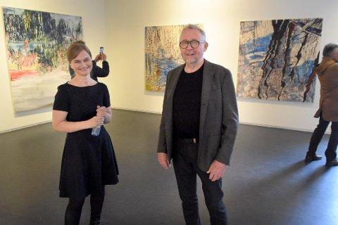 ÅPNET: Ordfører Margrethe Svinvik og festivalkunstner Jon Arne Mogstad under åpningen av kunstutstillingen i anledning den svært amputerte Vårsøghelga 2020.