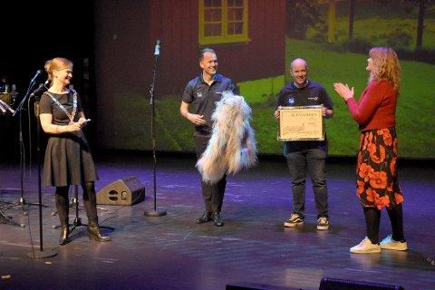 VINNER: Ordfører Margrethe Svinvik og kulturleder Lilli Husby delte ut Kleivaprisen til Laget Vårsøg, med daglig leder Anders Larsen og styreleder Rune Dalager.