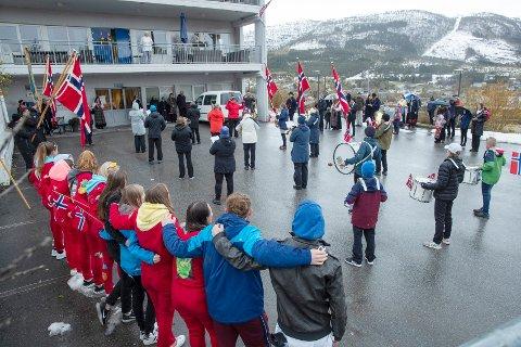 Over 100 personer sang «Ja, vi elsker» i Tingvoll sammen med Tingvoll musikkorps og resten av Norge klokken 13.00.