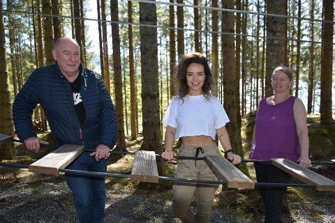 I GANG: Ragnar Krogstad og Magny Strand (til høyre) åpner klatreparken Høyt & Lavt på Valsøya lørdag 30. mai, noe daglig leder Mari Westad i Heim Næringsforening betrakter som en kjempepositiv nyhet denne koronavåren.