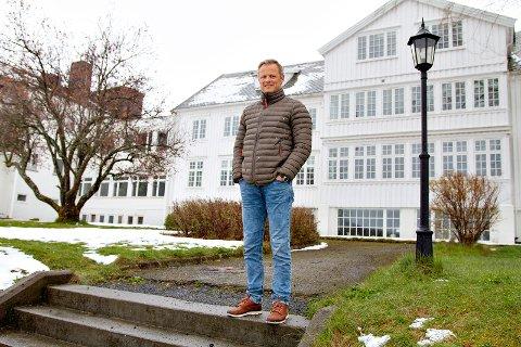 Rektor Bjarte Grøteide ved Høgtun Folkehøgskole måtte avslutte skoleåret brått, men har nå planlagt å ha en gjensynsuke første uka i august, dersom myndighetens råd tillater det.