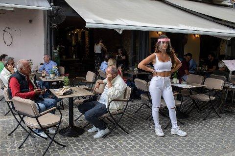 Gresk økonomi er svært avhengig av turistnæringen. Landet har alt gjenåpnet for turister, men det er foreløpig god plass ved bordene på utekafeer som her i Aten.