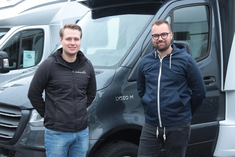 Daglig leder Anders Aasprong (til venstre) og selger Joachim Efford ved Caranova i Kristiansund leier ut bobiler til dem som vil ha norgesferie. Nå er de snart fullbooket.