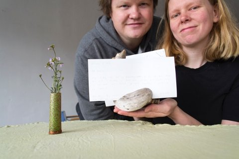 Førstkommende fredag 29. mai, inviterer Kvae og Bark, en kunstnerduo bestående av Karoline Sætre og Øyvind Novak Jenssen, til middag i utstillingen «Å spise er å veie opp, og å dele ut» i lokalene Surnadal Billag på Surnadalsøra.