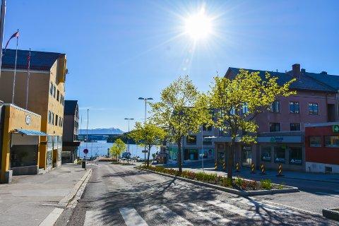 Finvær i Kristiansund sentrum. Søndag blir det enda varmere enn på lørdag, men gladmeldingen kommer med en hake.