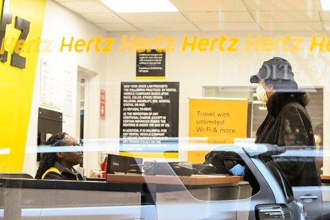 Det er stille hos bilutleiefirmaer over hele verden nå. Det gjør at mange sliter tungt, og for Hertz er det full krise. Bildet er fra et Hertz-kontor i New York.