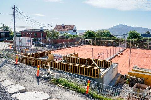 Så langt var klubbhuset kommet da det i sommer ble ilagt byggestopp. Byggingen av Tennisklubbens nye klubbhus kan nå fortsette.
